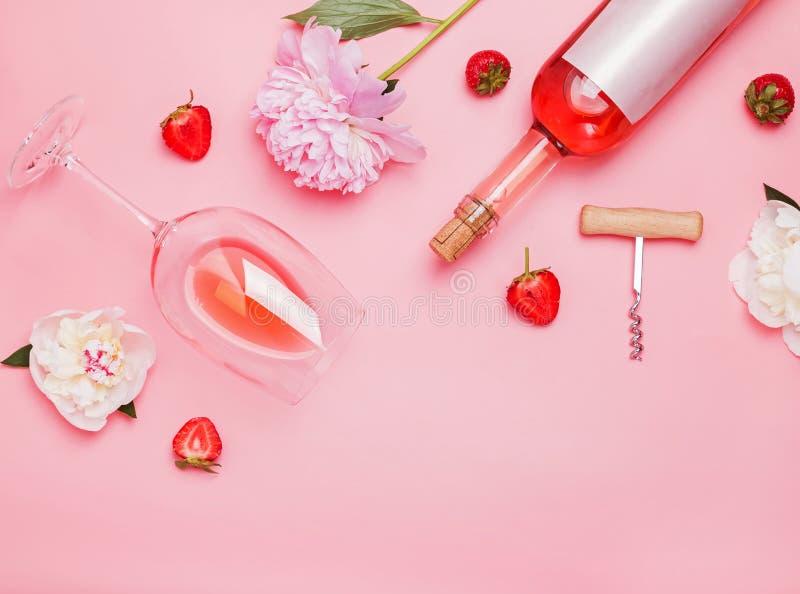 Творческий состав с розовым вином и очень вкусными клубниками на розовой предпосылке стоковые изображения rf