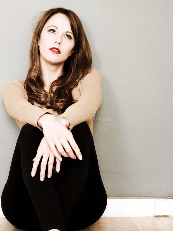 Творческий тонизированный портрет привлекательной молодой женщины сидя дальше стоковые фотографии rf
