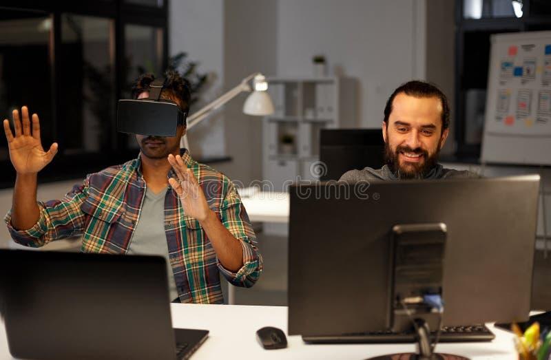 Творческий человек в шлемофоне виртуальной реальности на офисе стоковое фото