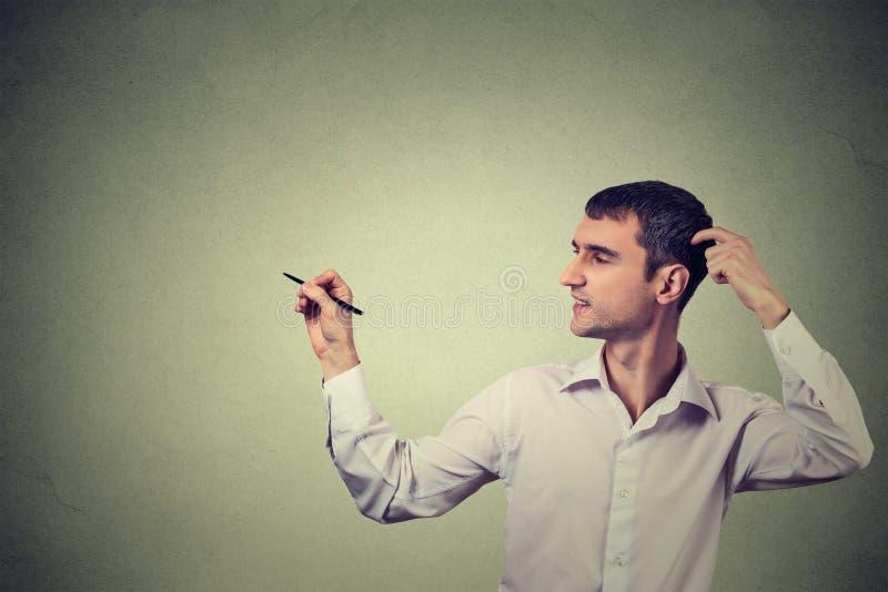 Творческий чертеж человека, шаблон для иллюстрации на серой предпосылке стены стоковое изображение rf