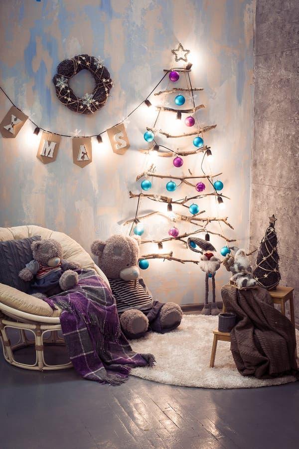 Творческое деревянное дерево Сцена Нового Года зима белизны снежинок предпосылки голубая стоковые изображения