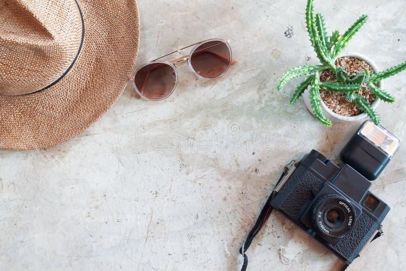 Творческое плоское положение камеры, ультрамодного кактуса солнечных очков, соломенной шляпы и гончарни на конкретной предпосылке стоковая фотография