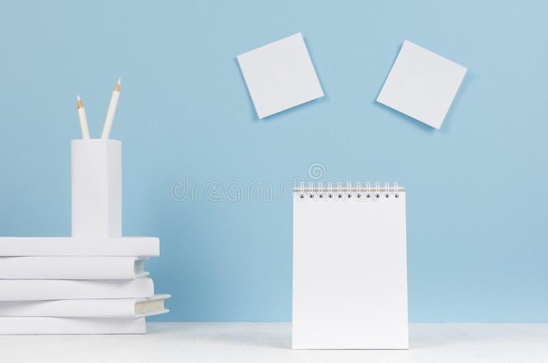 Творческое рабочее место для дизайнеров и студентов - белых канцелярских принадлежностей офиса, пустые стикеры и блокнот на табли стоковое фото rf