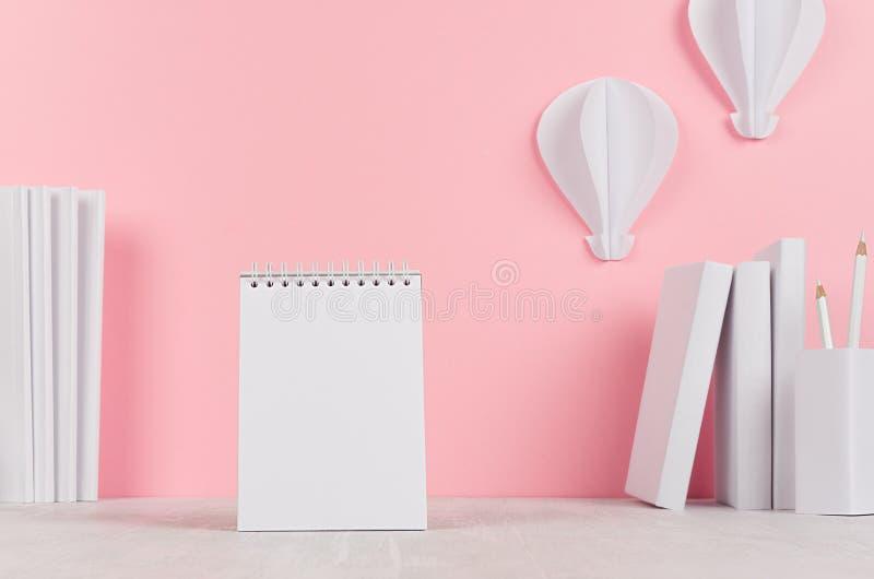 Творческое рабочее место для дизайнеров и студентов - белых канцелярских принадлежностей офиса, пустого блокнота, бумажного горяч стоковое изображение rf