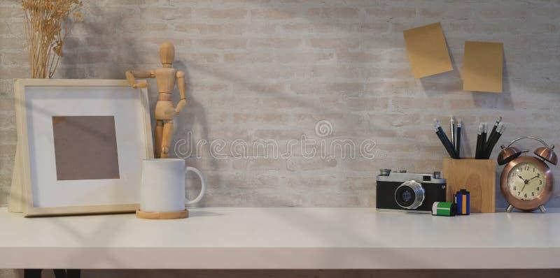 Творческое рабочее место фотографа с насмешкой вверх по рамке стоковое фото rf