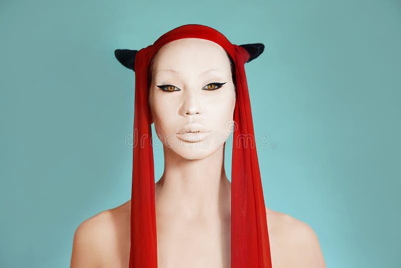 Творческое сумасшедшее очарование Девушка с белой стороной Ультрамодный макияж партии, аксессуар и творческий стиль причесок o стоковое фото