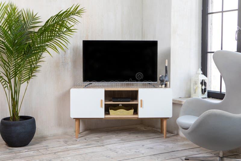 ТВ в интерьере в стиле просторной квартиры на прикроватном столике стоковые фотографии rf