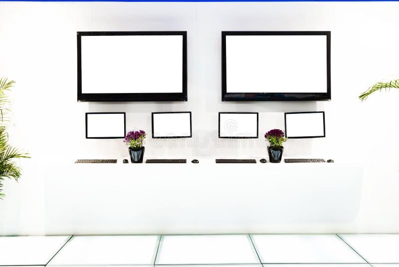 ТВ 2 в комнате выставки стоковые изображения