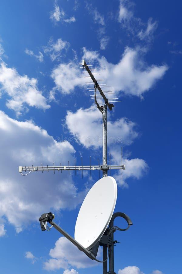 ТВ спутниковой антенна-тарелки и антенны на голубом небе стоковое изображение rf