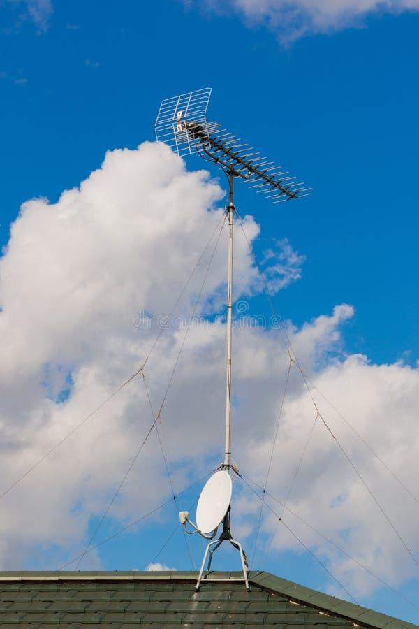 ТВ спутниковой антенна-тарелки и антенны на голубом небе стоковая фотография rf