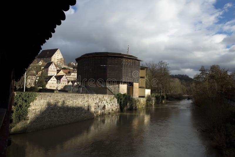 Театр Галле Glober, мост и река Kocher, Schwabisch Hall, Баден Wurttemberg, Германия - декабрь 2013 стоковое изображение rf