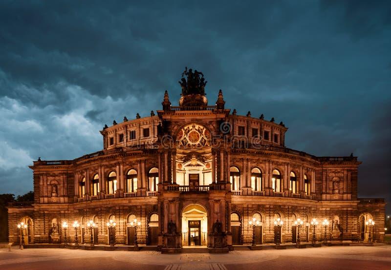 Театр оперы Дрездена на ноче стоковая фотография rf
