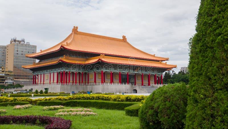 Театр Тайбэя национальный с зеленым садом в фронте стоковые изображения rf