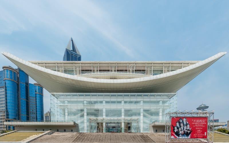 Театр Шанхая грандиозный на людях придает квадратную форму фарфору Шанхая стоковое изображение rf