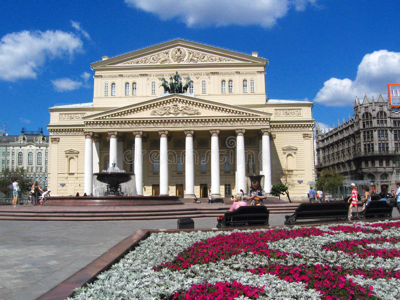 Театр Bolshoi в Москва Прогулка людей на квадрате театра стоковые изображения
