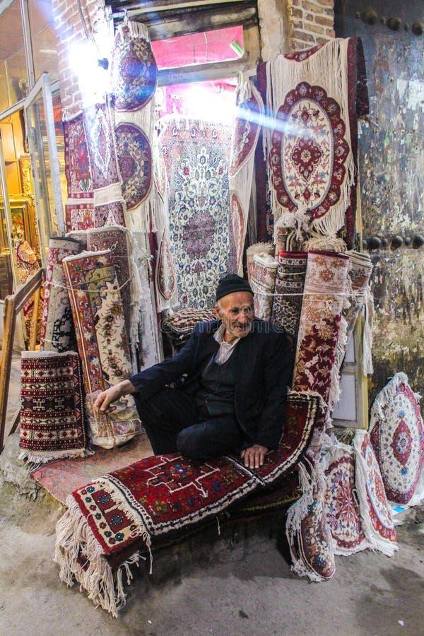 Тебриз, Иран - 10-ое июля 2017: Самый большой рынок мира в Тебризе, полный людей покупая в мусульманских магазинах Арабский базар стоковое фото
