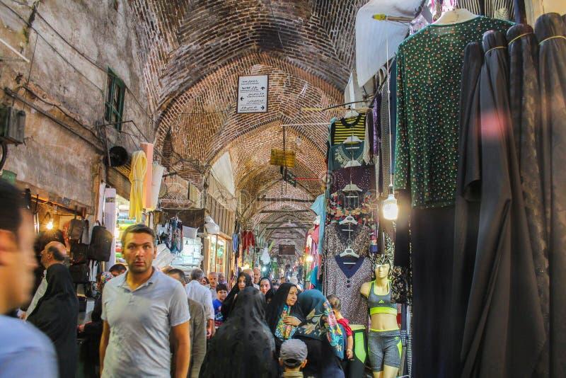 Тебриз, Иран - 10-ое июля 2017: Самый большой рынок мира в Тебризе, полный людей покупая в мусульманских магазинах Арабский базар стоковая фотография rf