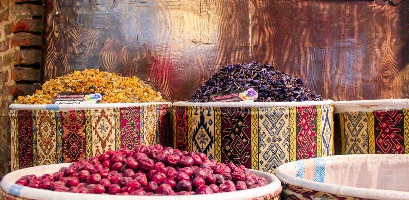 Тебриз, Иран - 16-ое июля 2017: Специи в большем базаре Тебриза в рынке Ирана самом большом мира и контейнеров стоковые фотографии rf