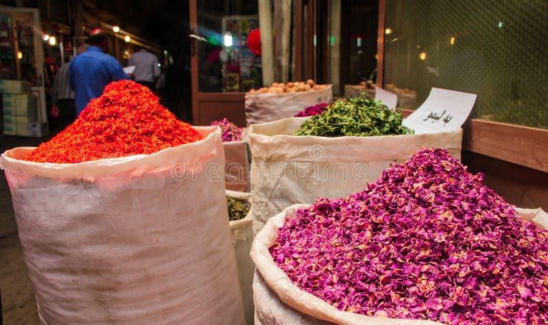 Тебриз, Иран - 16-ое июля 2017: Специи в большем базаре Тебриза в рынке Ирана самом большом мира и контейнеров стоковая фотография rf