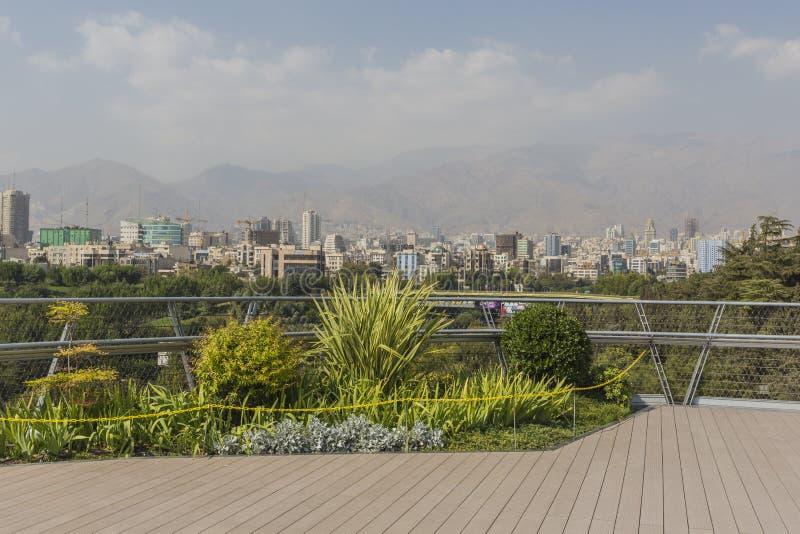 ТЕГЕРАН, ИРАН - 5-ОЕ ОКТЯБРЯ 2016: Мост Tabiat стальной соединяет tw стоковые изображения