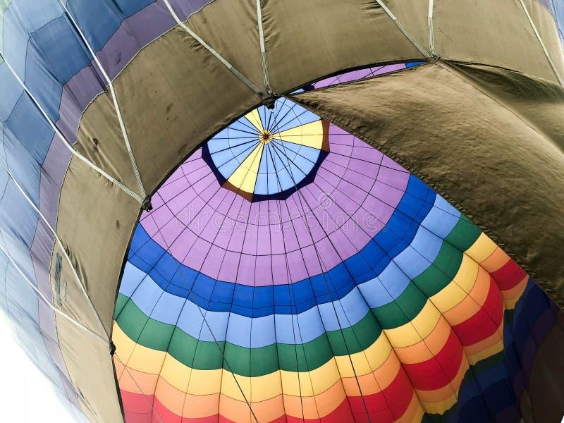 Текстура, взгляд от внутренности купола большой пестротканый яркий круглый радужный покрашенный striped воздушный шар летая стоковая фотография rf