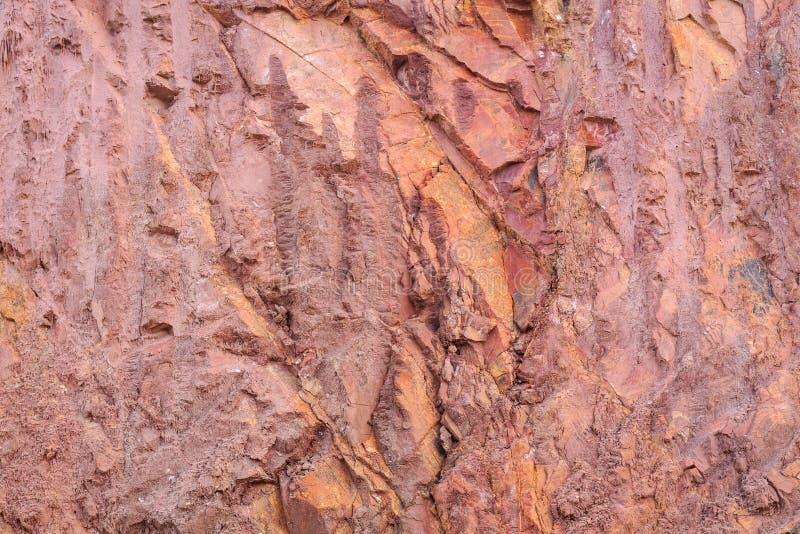Текстура горы показывая красные почву и утес стоковые фотографии rf