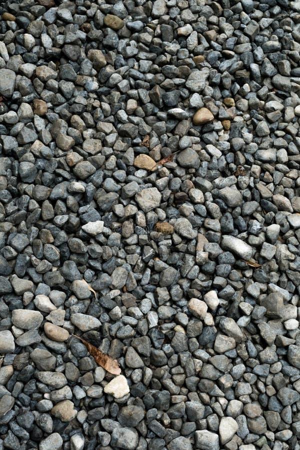 Текстура гравия Малые камни, маленькие утесы, камешки в много теней серого цвета, белизна и синь Текстура маленьких утесов, предп стоковое изображение rf