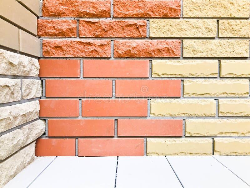 Текстура декоративных стены и пола от красного здания 2-тона коричневого и желтого текстурированного кирпича сброса со швами Спра стоковые изображения rf