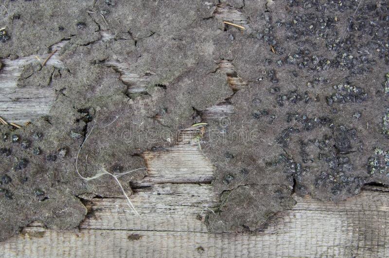 Текстура деревенской древесины с битами битумного покрытия стоковые фото