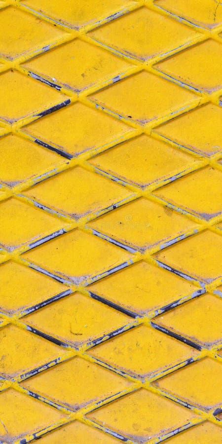 Текстура желтого металла Покрашенный промышленный пол с линиями косоугольника стоковое фото rf