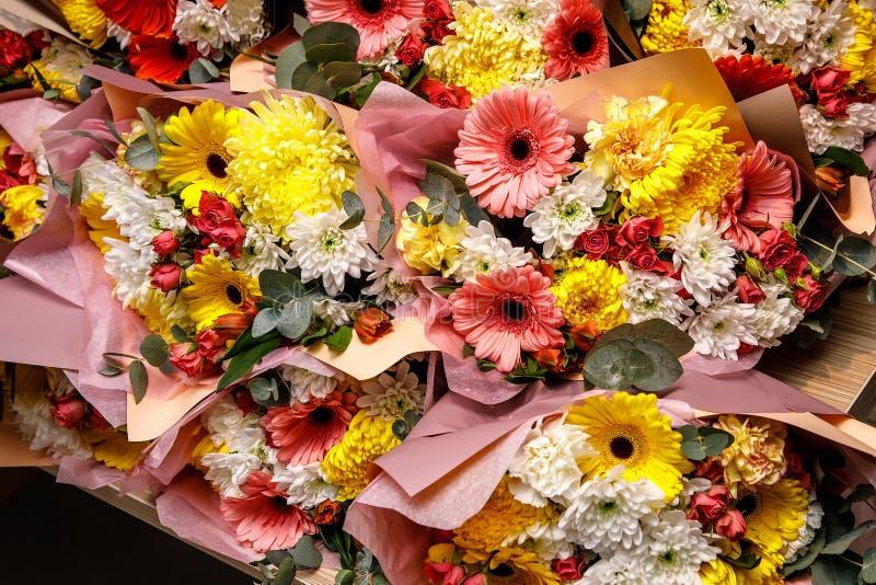 Текстура конца-вверх, предпосылка цветков Букет цветков - gerbera, гвоздика, розы стоковое фото rf