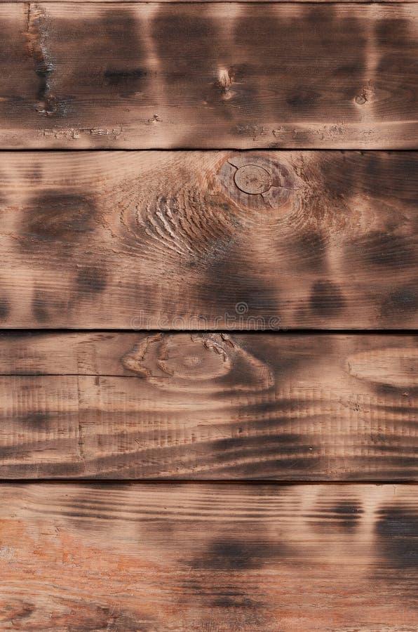 Текстура, который палят деревянной стены Стена ровных оранжевых длинных деревянных доск с специфической черной текстурой fryin стоковое изображение rf