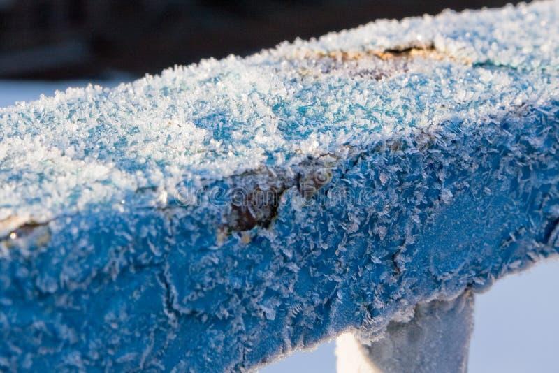 Текстура красивого голубого заморозка на затрапезном поручне металла стоковые изображения