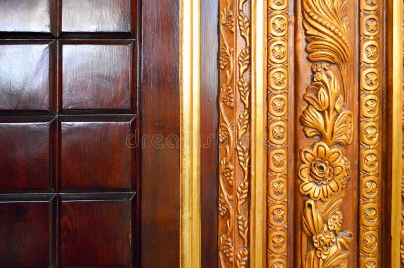 Текстура красивой высекаенной деревянной отлакированной поверхности 2-тона с картинами квадратов, хворостин завода и цветков зеле стоковое фото rf