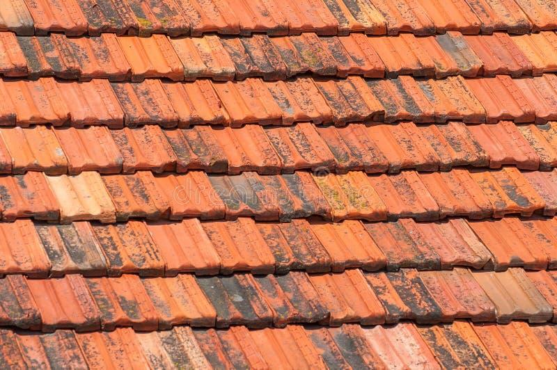 Текстура крыши Предпосылка старых красных керамических плиток стоковое фото rf