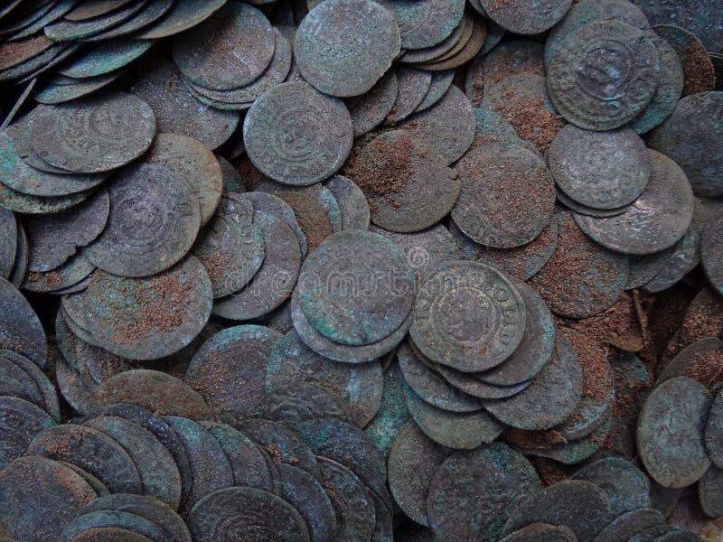 Текстура кучи старых серебряных монет в земле стоковое изображение rf