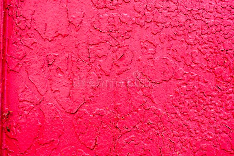 Текстура металла утюга покрасила яркий красный шарлах слезая поколоченную старую краски поцарапанный треснула старый ржавый метал стоковые фото
