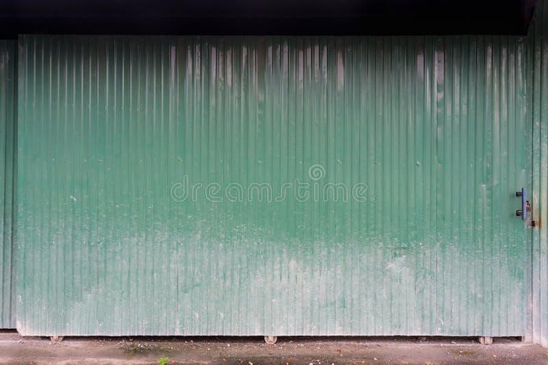 Текстура металла зеленой двери скольжения рифлёная стоковые изображения