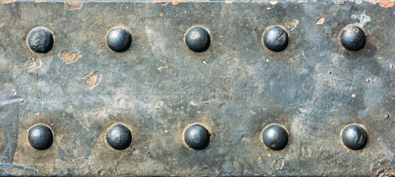 Текстура металла Предпосылка Grunge металлопластинчатая с винтами стоковое изображение