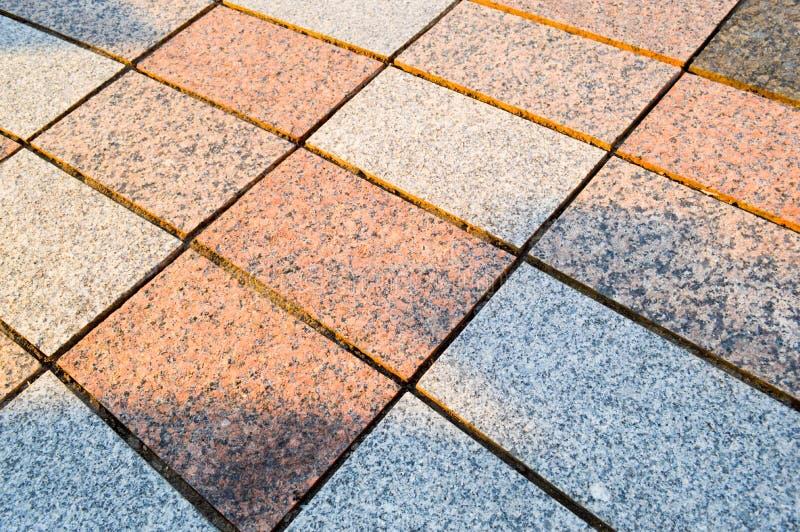 Текстура мраморных прямоугольных каменных плиток гранита со швами на дороге зелень gentile предпосылки абстракции стоковая фотография rf