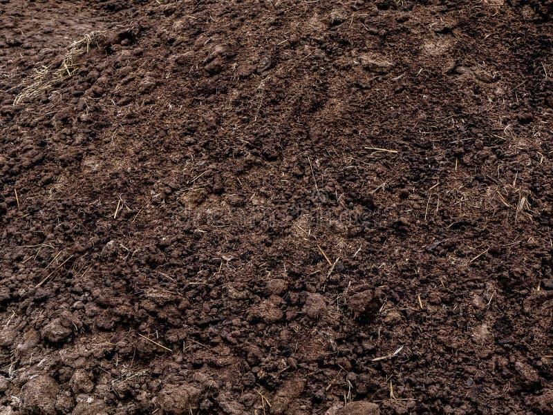 Текстура органического удобрения Землеудобрение весной на поле стоковое фото