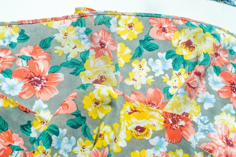 Текстура, предпосылка, картина Юбка девушки Silk ткань с flo стоковые изображения