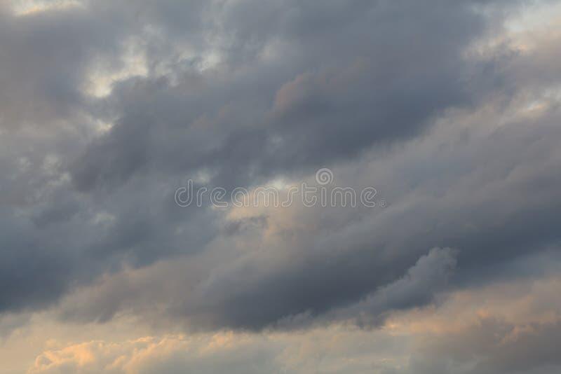 Текстура предпосылки облаков и захода солнца голубого неба освещает стоковые изображения rf