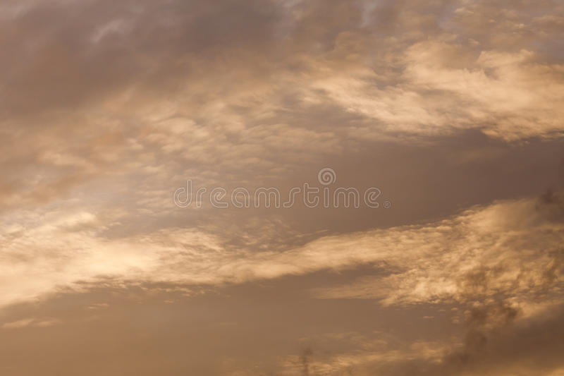 Текстура предпосылки облаков и захода солнца голубого неба освещает стоковые изображения