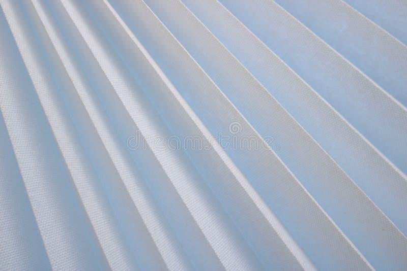 Текстура раскосных нашивок с тенью, с триангулярными изогнутыми нервюрами, края светлой белой ткани, бумаги с триангулярными прок стоковые изображения