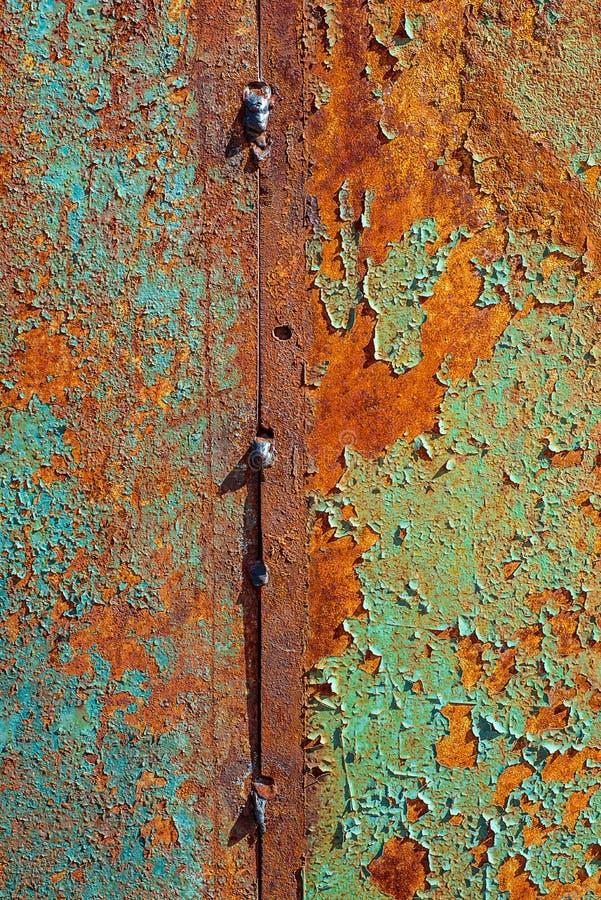 Текстура ржавого металла, покрашенной сини и зеленого цвета которая апельсин becames от текстуры ржавчины вертикальной треснутой  стоковые фотографии rf