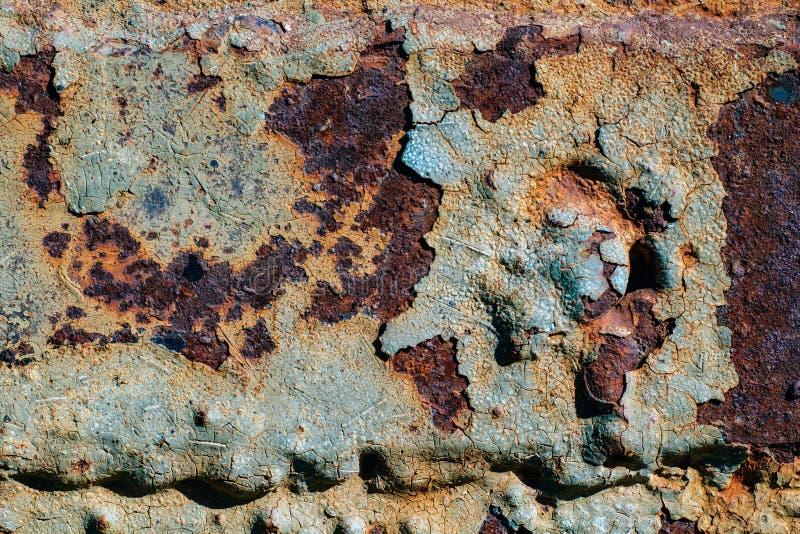 Текстура ржавого утюга, треснутой краски на старой металлической поверхности, листа ржавого металла с треснутой и облупленной кра стоковое фото rf