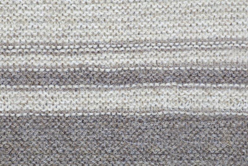 Текстура связанной коричневой ткани с нашивками петля purl и ухода за лицом стоковое изображение rf