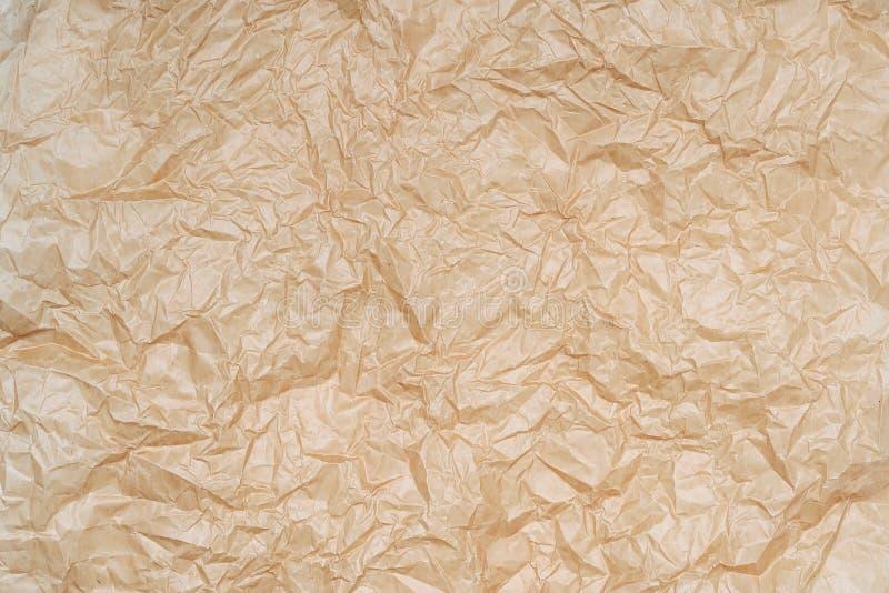 Текстура скомканной пергаментной бумаги Предпосылка creased коричневой подпирая бумаги Текстура скомканной бумаги стоковое фото