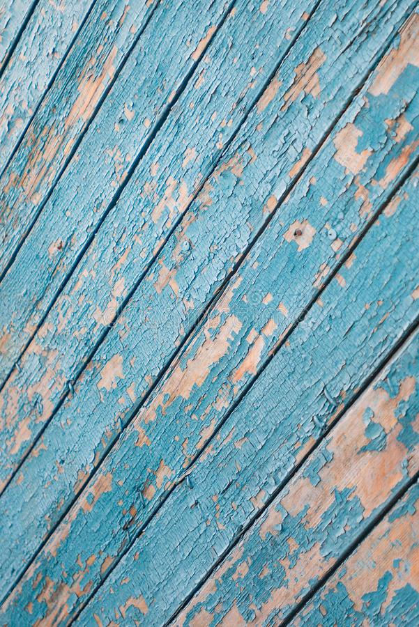 Текстура старой деревянной двери, покрашенная с краской бирюзы стоковые фотографии rf